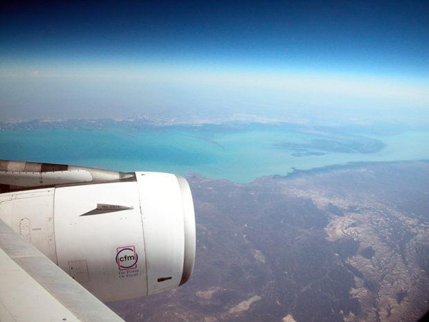 バルハシ湖は中央アジアの大地に東西500キロの長さを誇る