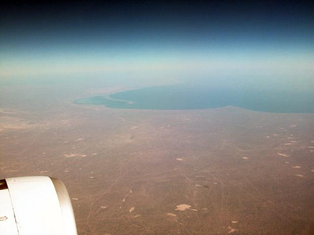カスピ海が見えてきた。地上には引っ掻いたような線(道路か)が無数にみられる
