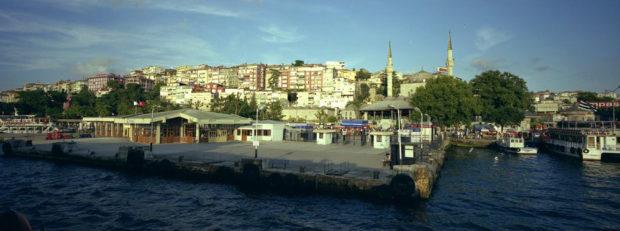 ボスフォラス海峡の埠頭。小さなモスクとその光塔(ミナレット)が美しい