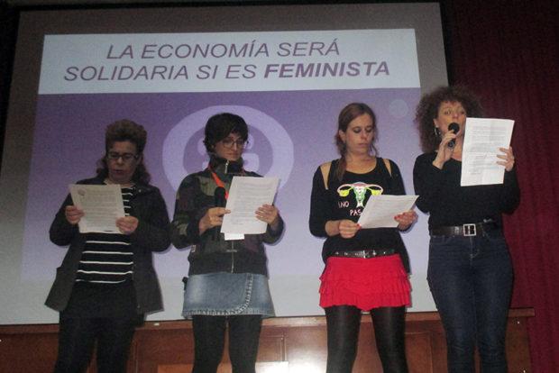 エコフェミニズムの立場から要求宣言を行う女性たち