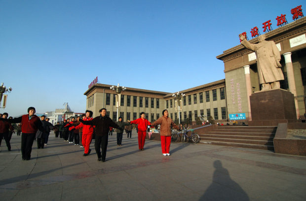 張家口市人民政府前広場で踊る中老年男女。こうした現象は中国各地でみられる