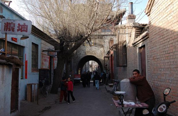 文昌閣に向かう街路は市民の生活道路である。物売りが路上に店をひろげ、子供たちが遊ぶ