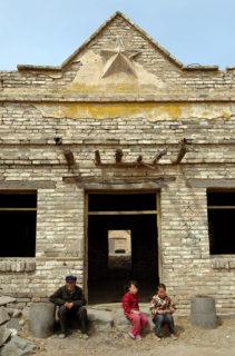 堡の北のどん詰まりにある建物。文革時代の廃屋を修復中らしい。星形のレリーフが懐かしい