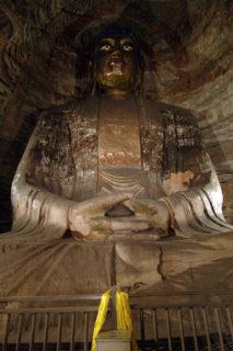 雲崗第5窟後室主仏。清順治八年(1651)に掘られた比較的新しい窟である。雲崗石窟最大の座仏で、現在も黄金色に輝いている