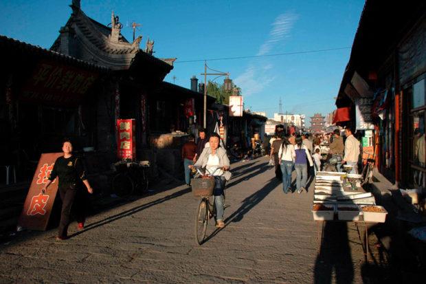 旧市街は露天商、大衆食堂、生活用品を売る商店などでにぎわう。最奥に鼓楼が望まれる