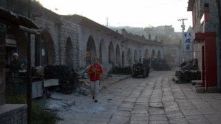 窑洞が連なる偏関の町。入り口は煉瓦積みだが、その後ろは黄土を掘り抜いた洞窟で出来ている