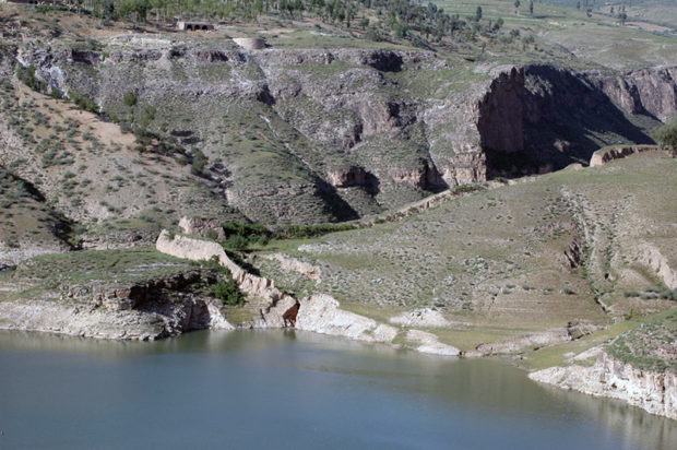 黄河の対岸に入水する土長城の遺構が認められる(内モンゴル自治区側)
