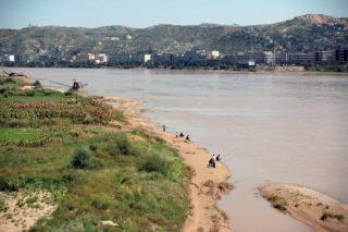 河曲付近の黄河東岸。対岸は陝西省で、山の向こう側にオルドス砂漠が展開している