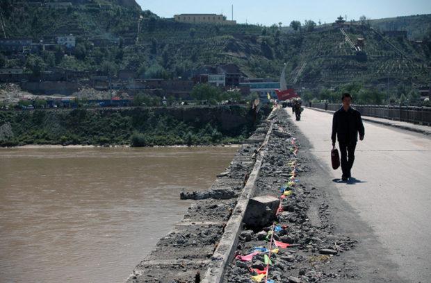 保徳(手前=山西省)と府谷(前方=陝西省)を結ぶ黄河大橋。路線バスは保徳が終点なので、徒歩で黄河を越えて陝西省に入る