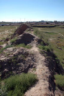 背の低い風化した城壁が10キロメートルほど東を並走する外長城と対照的だ。前方は花馬池鎮