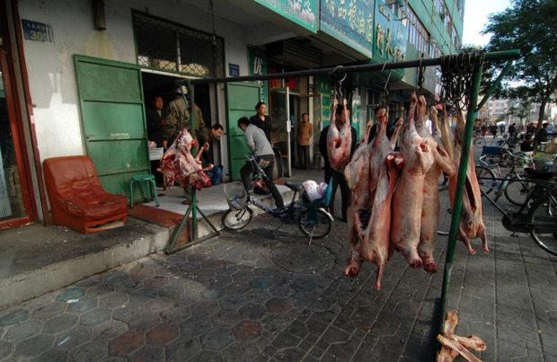 街路に張り出した肉屋の店舗。イスラム教地帯なので羊肉が多い