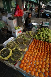 トマトや梨とともに、ひまわりの花が商品として売られている