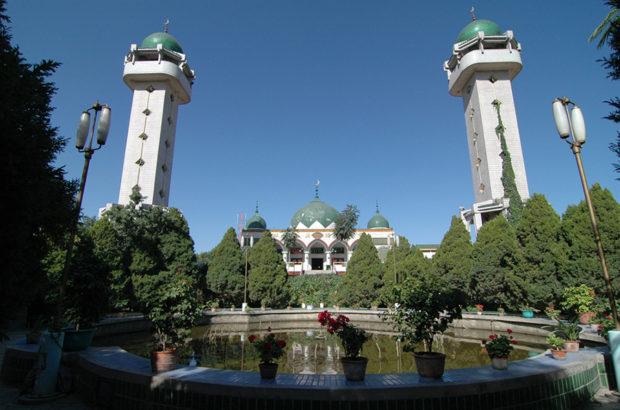 南関清真寺。前庭にある池が印象的だ