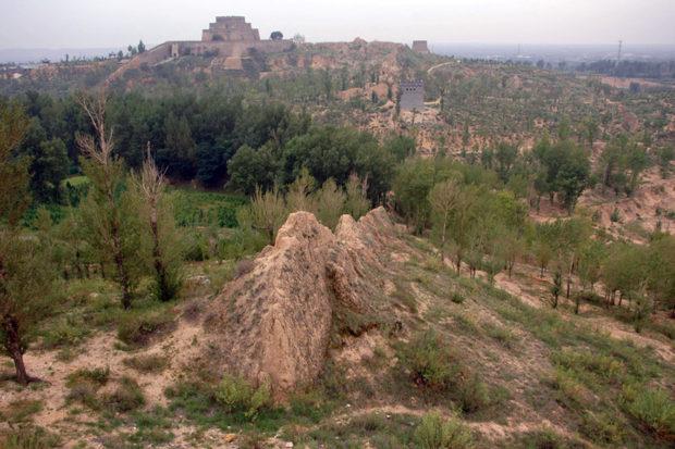 鎮北台と長城:風化した土長城が手前を駱駝の背のように走る