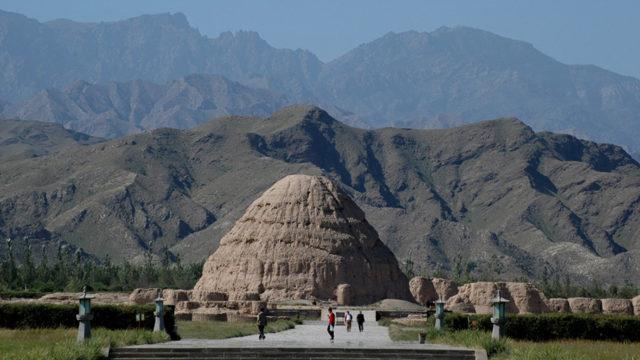 西夏王陵。背後に賀蘭山の山並みが美しい。山脈の向こう側には内蒙古自治区の草原が展開する