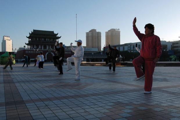 鼓楼広場の街舞。まだ明けきらない早朝から中高年が踊りだす