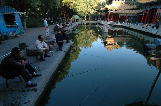承天寺塔の境内にある釣り堀。池の水面に砂漠地帯の藍天が映って美しい