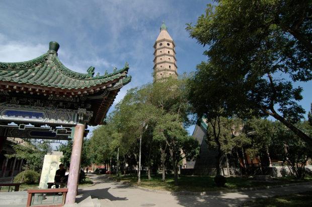 承天寺塔。西夏様式で築かれた仏塔が屹立する
