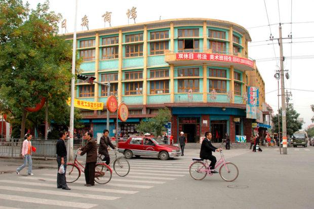 武威市街凉州区。付近には文廟(孔子廟)併設の西夏博物館があり、そこに重修護国寺感通塔碑が展示されている