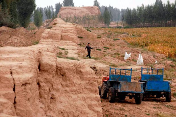 岸門長城。赤土を付き固めて築いた長城が紅水河に沿って西北に走る
