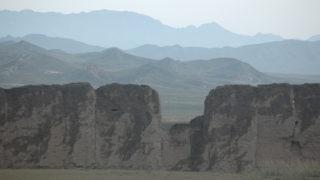 山丹長城。内蒙古とゴビの境をなす山並みが幾重にも重なって美しい