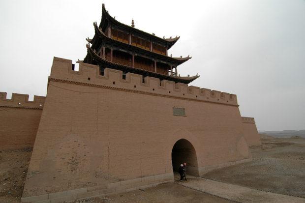 嘉峪関関楼。明代長城の最西端「「天下第一雄関」をすぎると、もうゴビの縹渺とした風景しかない