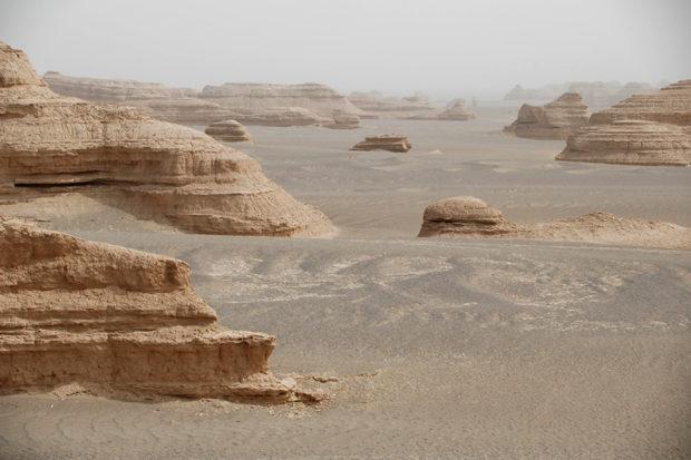 雅丹地貌。魔鬼城ともよばれ、砂漠を吹く強風がつくった風化土堆群である