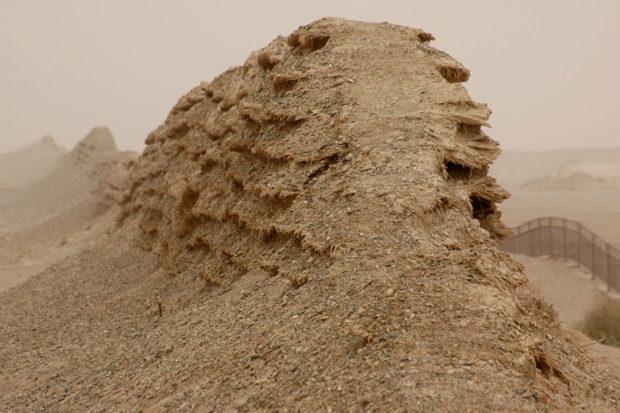 漢代長城。土長城の構造を強化するために古人が仕込んだ2000年前の葦が風化で露出している
