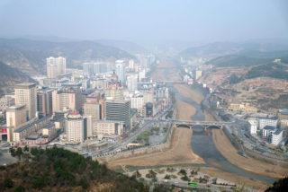 延安の町:宝塔山から望む。逆Yの字に流れる延河に沿って市街地がひろがる
