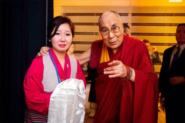 2016年大阪にて。感動するわたしにカメラの方に向かせようとするダライ・ラマ法王