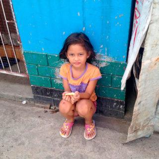 フィリピン、マニラの貧しい地区の女の子。20年後、彼女はどこでどんな仕事をしているだろうか