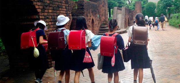 女の子は小学校高学年くらいから群れの掟を学ぶ。太古の時代から共同体から除け者にされることは個人にとって死を意味した