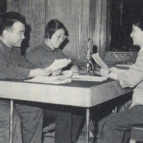 陳真(右端)のスタジオ収録風景(1950年代、『柳絮降る北京より──マイクとともに歩んだ半世紀』より)