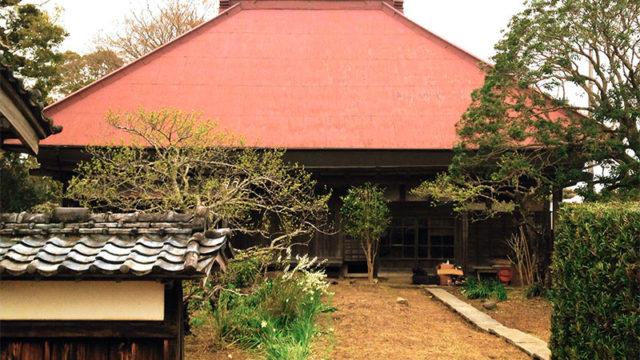 都会の人の郷愁を誘う古民家のシンプルな寄棟屋根は、地元の人にとっては暗い時代の象徴なのかも