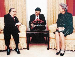 グラハム女史のインタビューを受ける蒋経国総統。中央の通訳は馬英九秘書(後に総統)