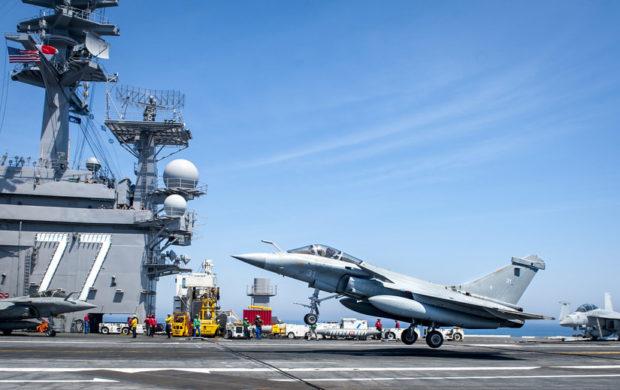米空母ジョージ・ブッシュに着艦するラファール戦闘機(米海軍)