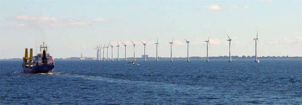 デンマークの首都コペンハーゲン沖に立ち並ぶ風力発電機