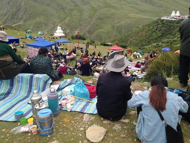 ラサ郊外、ダクイェルパの大タンカご開帳に合わせてピクニックを楽しむ人々