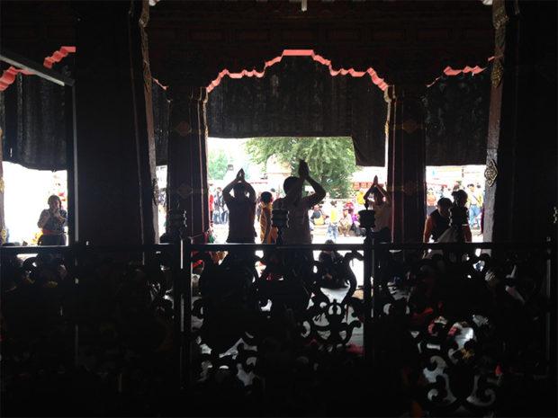 ジョカン寺の門前で五体投地するひとたち