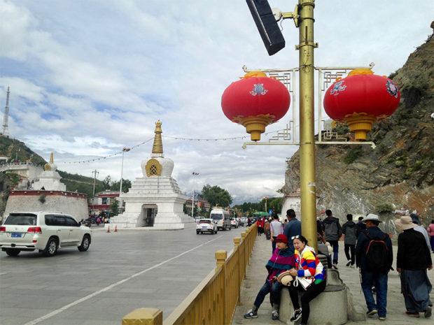 中国風の赤い提灯が並ぶポタラ宮前の大通り。木村肥佐生やハインリヒ・ハラーを2018年のラサに連れてきたら何と言うだろう?