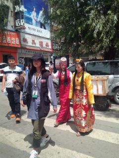 チベットの貴族婦人風コスプレでラサを歩く漢民族の観光客