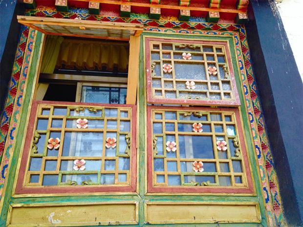 チベット建築は窓が美しい