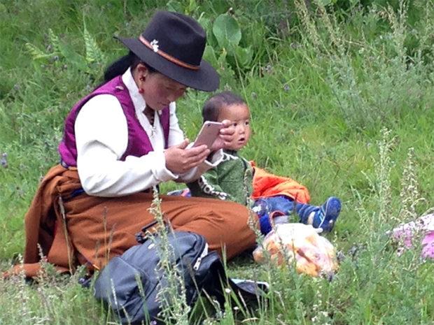 草原やお寺など、伝統的環境の伝統服のチベット人は美しい。しかし…