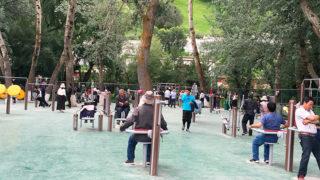 漢人とチベット人が共に集うのどかなポタラ宮前の公園