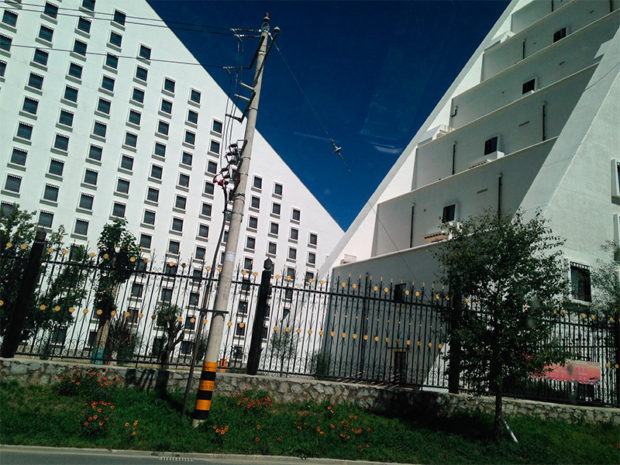 5つ星ホテルインターコンチネンタルホテル。裏には拷問で有名なギュツァ拘置所がある