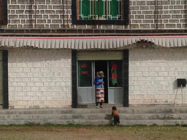 ロードサイドの小さなチベット商店(撮影/筆者)