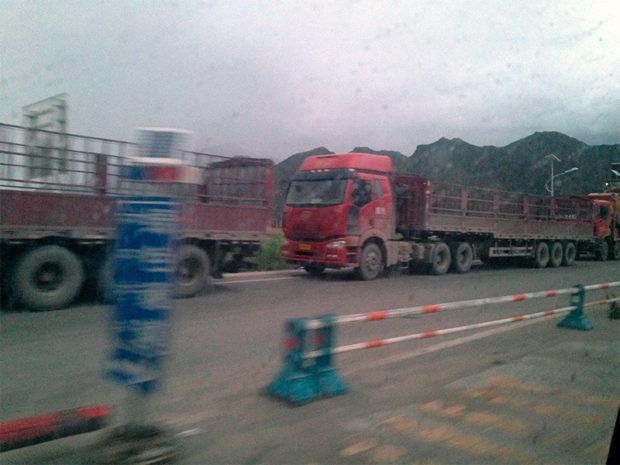 ラサに荷物を降ろして帰るトラックはどれも荷台が空(撮影/筆者)