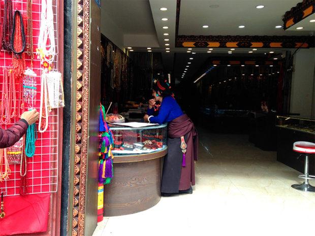 裕福なチベット人女性のラサのショッピング(撮影/筆者)