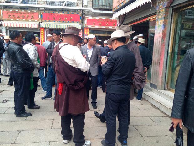 チベット人と回教徒のマーケットは男の世界(撮影/筆者)