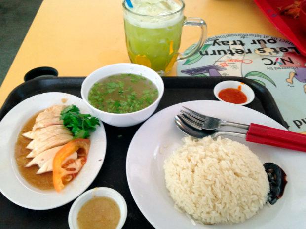 1シンガポールドル80円換算で200円の海南チキンライスと100円のサトウキビジュース。チキンライスの発明者は海南島出身の移民という。茹で鳥と揚げ鳥のバージョンがある。マレーシアにもタイにも似た料理がある